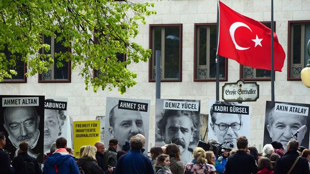 Demonstranten protestieren am 03.05.2017 in Berlin vor der Botschaft der Türkei bei einer Aktion von Amnesty International und Reporter ohne Grenzen für Presse- und Meinungsfreiheit in der Türkei.