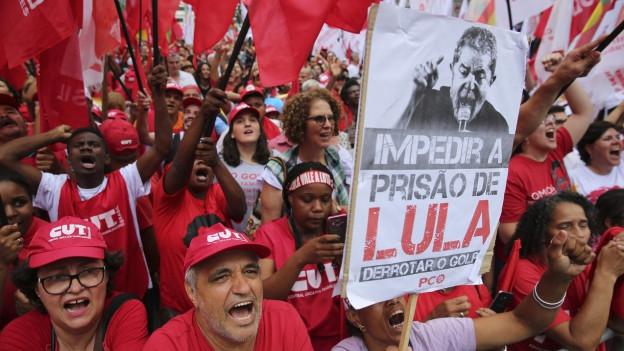 Anhänger von Lula demonstrieren gegen das Urteil des Berufungsgerichts.