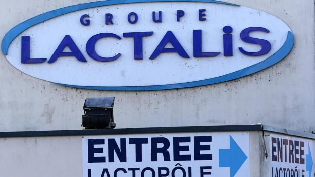 Fassade von Lactalis in Laval, der blaue Schriftzug an der Wand, dazu ein Wegweiser.