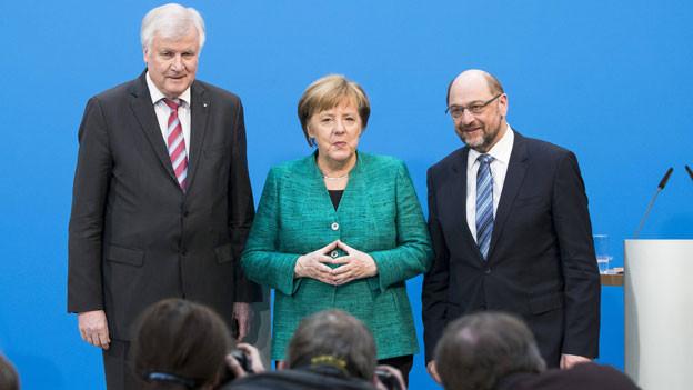 CSU-Chef Horst Seehofer (links), Bundeskanzlerin Angela Merkel und SPD-Chef Martin Schulz posieren vor den Medien am 7. Februar 2018.