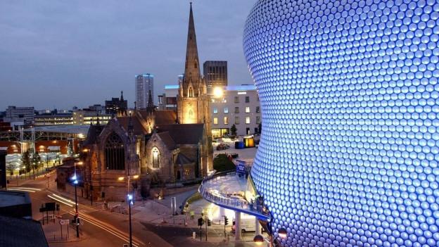 Zu sehen ist das Stadtzentrum von Birmingham mit der Kathedrale und dem Shoppingcenter Bullring.