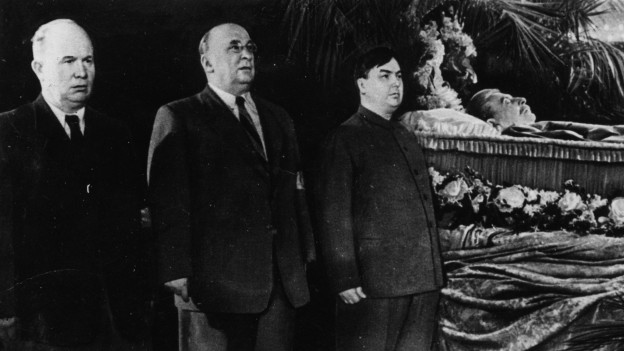 Stalin liegt aufgebahrt und umgeben vom innerste Führungszirkel in seinem Sarg.