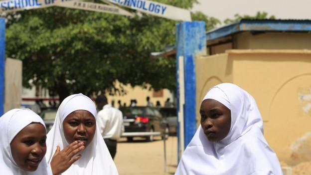 Schülerinnen vor einer Schule im nigerianischen Maiduguri: Schulen geraten immer wieder ins Visier der Terrorgruppe Boko Haram.