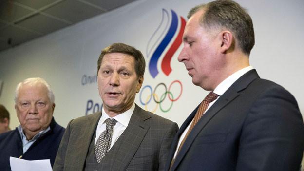Der Präsident des Russischen Olympischen Komitees, Alexander Zhukov (Mitte) Vizepräsident Stanislav Pozdnyakov, (rechts) und Vitaly Smirnov, Ehrenmitglied des Internationalen Olympischen Komitees am 28. Februar 2018 in Moskau. Das Verbot der olympischen Bewegung wurde am Mittwoch trotz zwei fehlgeschlagener Dopingtests bei den Olympischen Winterspielen in Pyeongchang aufgehoben.