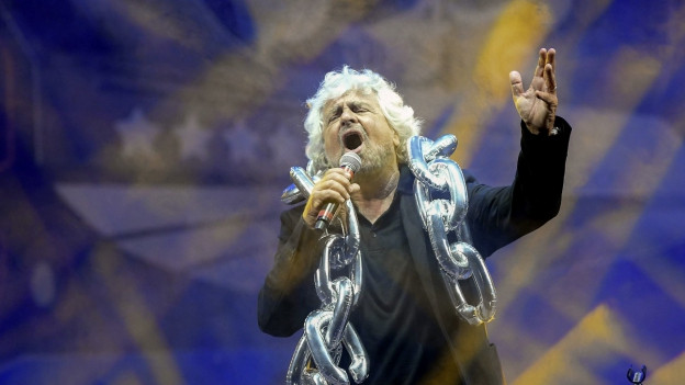 Beppe Grillo in gewohnter Pose während eines Auftritts.