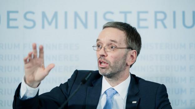 Innenminister Herbert Kickl sitzt an einer Pressekonferenz