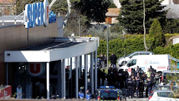 Ein Mann hielt Menschen in einem Supermarkt in der Stadt Trebes, nahe Carcassone, fest.