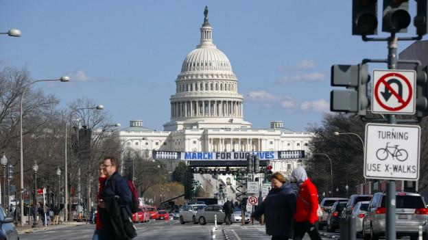 Vor dem weissen Gebäude des Kapitols in Washington prangt ein Banner mit der Aufschrift «March for our lives».