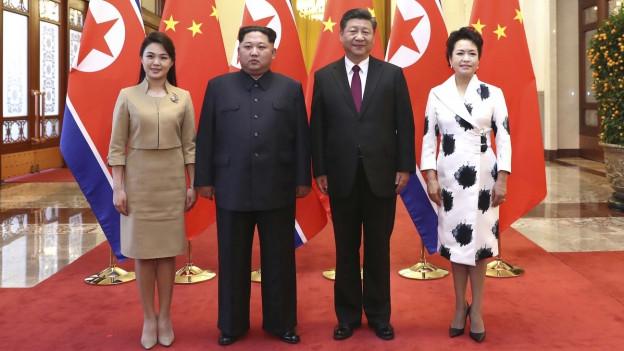 Kim Jong Un mit seiner Frau neben Xi Jinping mit seiner Frau.