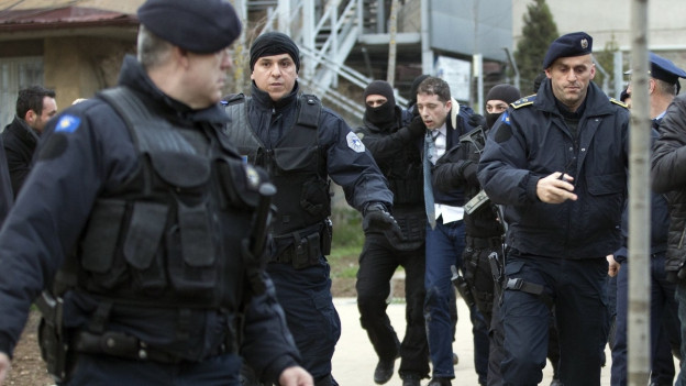 Kosovarische Polizisten führen den serbischen Regierungsvertreter Marko Djuric ab.