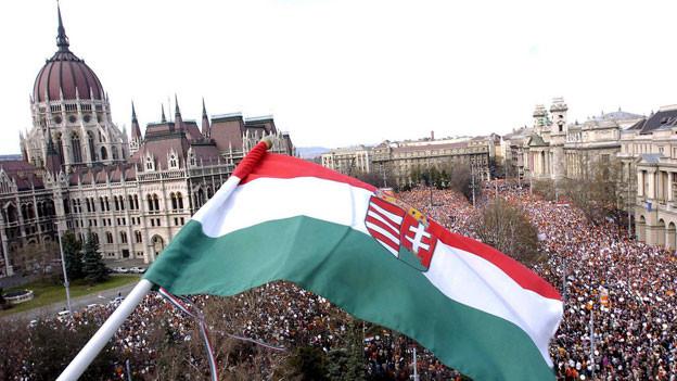 Die ungarische Fahne weht vor dem ungarischen Parlamentsgebäude in Budepest.