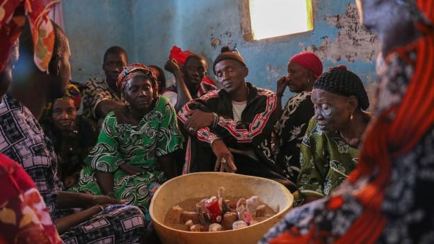 Das mehrtägige senegalesische Heilritual Ndepp. Mit Hilfe eines Orakels werden die Geister befragt, um die Gründe einer Erkrankung herauszufinden.