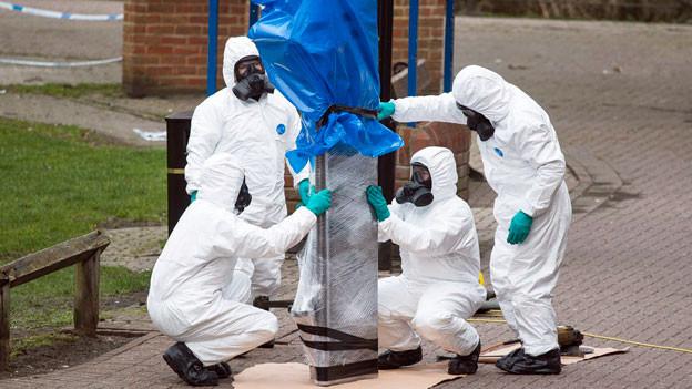 Nach dem Gift-Anschlag vom 23. März 2018 in Salisbury untersuchen Beamten den Tatort.
