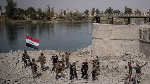 Soldaten der irakischen Sondereinheit feiern den Sieg über die Terrororganisation «Islamischer Staat» in Mosul, Irak, am 9. Juli 2017.