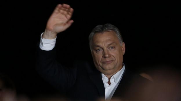 Ungarns Premier Orban gewinnt und winkt.