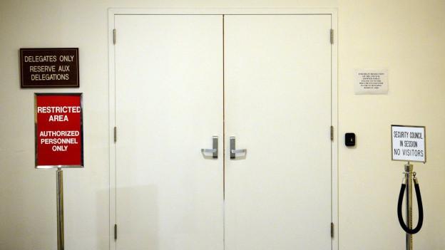 Die geschlossenen Türen des Uno-Sicherheitsrats am Uno-Hauptquartier in New York. Nur Delegierte haben Zutritt, zeigen Schilder.