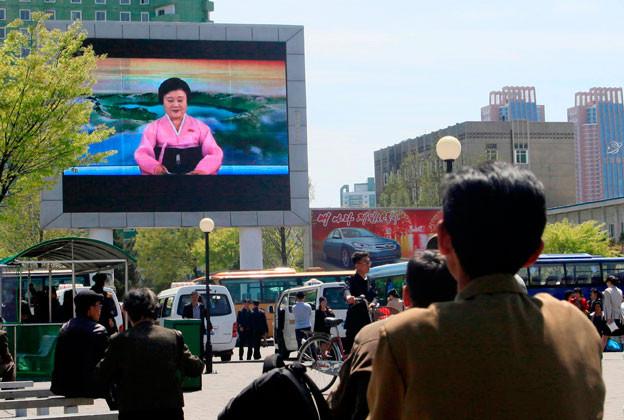 Auf einem grossen Bildschirm in den Strassen von Pjöngjang zeigt die Regierung ihren Propagandasender.