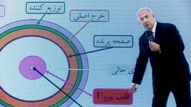 Israels Premier Netanjahu zeigt Grafiken, die zeigen sollen, dass Iran sein Atomprogramm weiter betreibt.