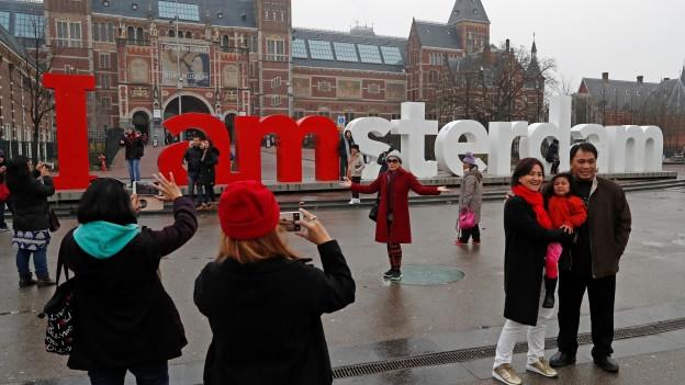 Die vielen Touristen in Amsterdam sind für die Einheimischen ein Ärgernis.