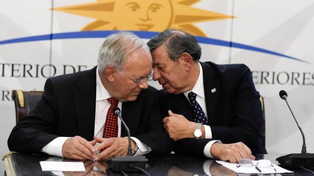 Zu sehen ist Bundesrat Schneider-Ammann im Gespräch mit dem Aussenminister Uruguays, Rodolfo Nin.