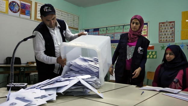 Stimmzettel werden auf einen Tisch ausgeleert.