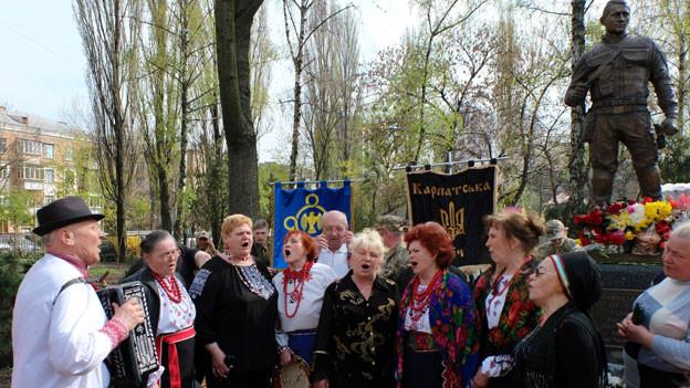 Ein Frauenchor in der ukrainischen Hauptstadt Kiew bei der Einweihung eines Heldendenkmals.