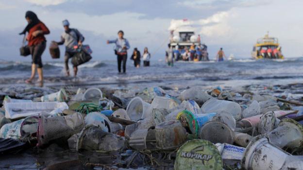 Plastikabfälle verschmutzen Strände, Flüsse und Meere.