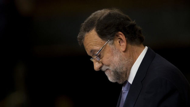 Für den spanischen Ministerpräsidenten Mariano Rajoy wird's eng. Ernst schaut er zur linken Seite, vor schwarzem Hintergrund.