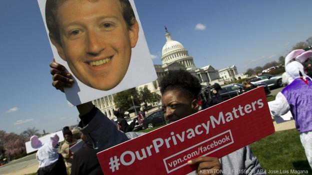 Zu sehen ist ein Bild von einer Demonstration gegen Facebook und ihren CEO Mark Zuckerberg in Washington im April 2018.