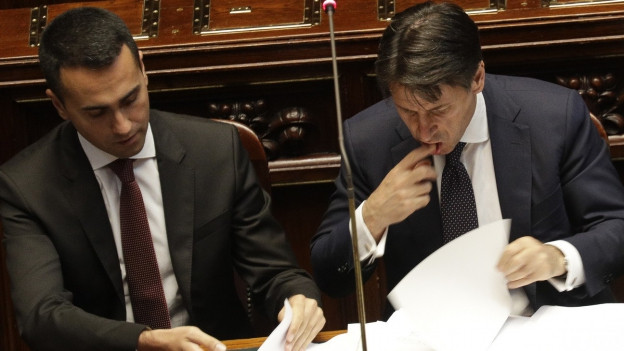 Der neue italienische Regierungschef Giuseppe Conte blättert im Parlament in seinen Dokumenten. Neben ihm sitzt Arbeitsminister Luigi Di Maio.