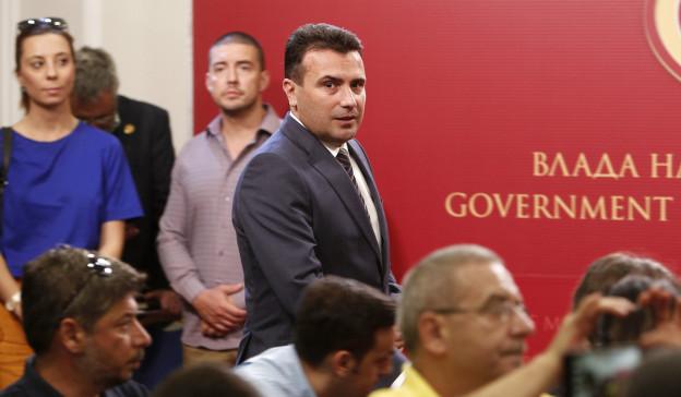Mazedoniens Premier Zoran Zeav vor der Medienkonferenz, an der die Einigung im Namensstreit bekannt gegeben wird.
