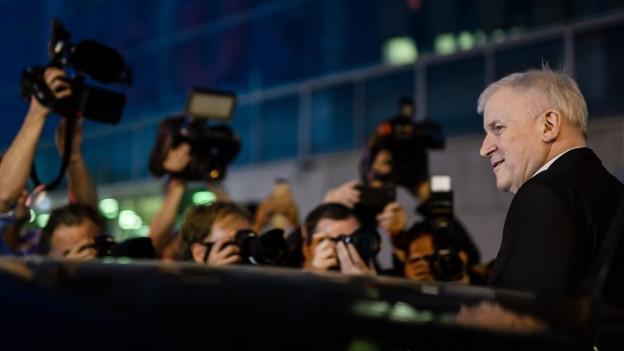 Horst Seehofer von der CSU umringt von Medienschaffenden.