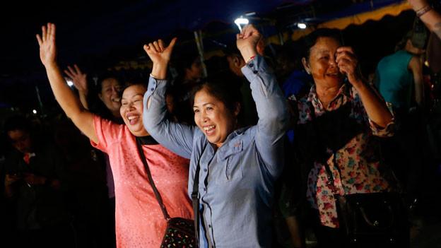 Menschen feiern die geglückte Evakuierung der zwölf Jungen und ihres Trainers in Chiang Rai, Thailand.