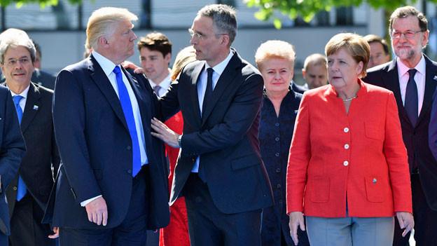 US-Präsident Donald Trump, (li), NATO-Generalsekretär Jens Stoltenberg und Bundeskanzlerin Angela Merkel gehen beim NATO-Gipfel in Brüssel.
