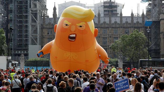 Demonstranten gegen US-Präsident Donald Trump während des Besuchs von Trump und First Lady Melania Trump in London.