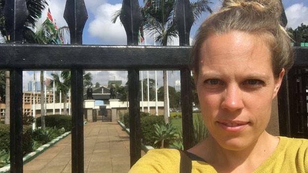 Anna Lemmenmeier vor dem Jomo Kenyatta-Mausoleum in Nairobi.