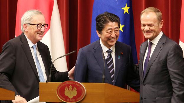 EU-Kommissionspräsident Jean-Claude Juncker, der japanische Premier Shinzo Abe und der Präsident des Europäischen Rates, Donald Tusk (von links).