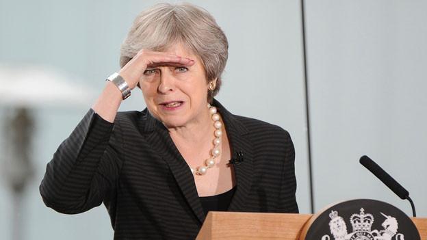 Die britische Premierministerin Theresa May beim Beantworten von Fragen von Journalisten nach einer Rede in Belfast, Nordirland, am 20. Juli 2018.