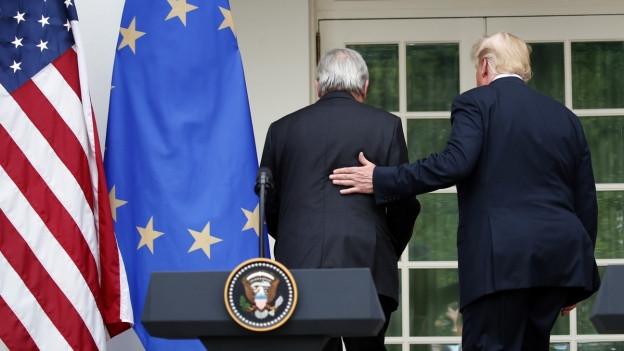 EU-Kommissionspräsident Juncker und US-Präsident Trump laufen zurück ins Weisse Haus.