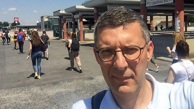 Wo Herr und Frau Rossi wohnen, weil die Mieten für sie in der Innenstadt unbezahlbar sind: Franco Battel am U-Bahnhof Anagnina, wo die Agglomeration beginnt.