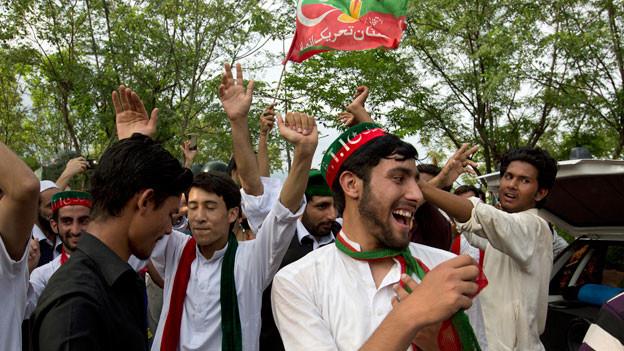 Anhänger von Imran Khan feiern den Sieg ihres Parteikandidaten. Noch steht das definitive Resultat aus.