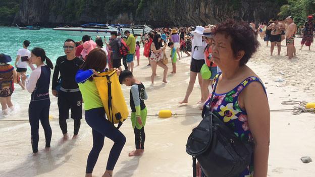 Strandleben an einem thailändischen Strand.