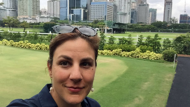 Karin Wenger vor dem Royal Bangkok Sports Club.