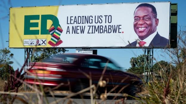 Bringt er den versprochenen Wandel? Zu sehen ist ein Wahlplakat mit dem bisherigen Übergangspräsidenten Emmerson Mnangagwa, der die Wahl in Zimbabwe nach offiziellen Angaben gewinnt.