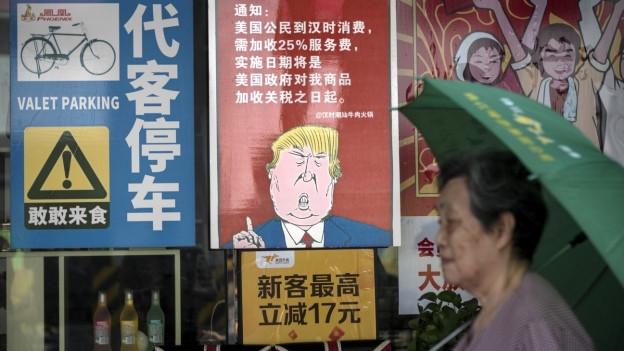 Ein Restautant in Guangzhou in China protestiert mit einem Plakat gegen die US-Handelszölle.