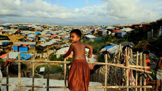 Rohingya-Kind bei behelfsmäßigen Bambus- und Zeltunterständen im Kutupalong Flüchtlingslager, wo sie seit ihrer Flucht aus Myanmar vor einem Jahr in Bangladesch leben.