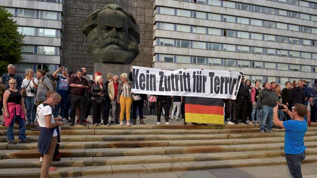Rechte Anhänger protestieren gegen Ausländer, nachdem ein deutscher Mann am 27. August 2018 in Chemnitz erstochen wurde.