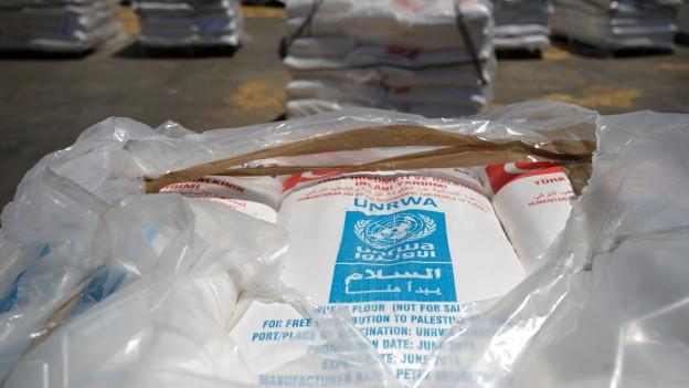 Zu sehen sind Hilfsgüter der UNWRA vor der Verteilung an palästinensische Flüchtlinge.