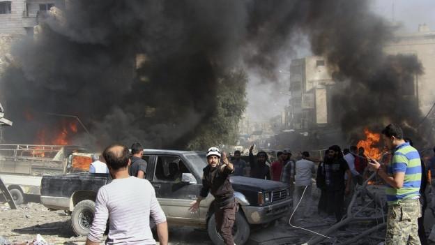 Schwarzer Rauch von einem Bombeneinschlag, Menschen auf der Strasse.