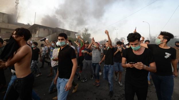 Das Bild zeigt Demonstranten in der irakischen Stadt Basra.